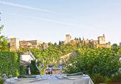 Tabell med utsikt över alhambra — Stockfoto
