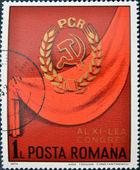 Um selo imprimido na roménia mostra o símbolo do partido comunista em fundo vermelho — Foto Stock