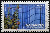 Fransa'da basılmış damga ahşap çit ve hoollyhooks gösterir — Stok fotoğraf