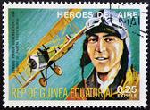Razítko vytištěno v guineji věnované vzduch hrdiny, ukazuje edward vernon rickenbacker, historické pilot v první světové válce — Stock fotografie