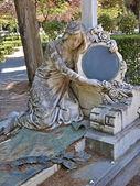 Socha ženy s zrcadlo na hřbitově — Stock fotografie