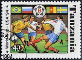 Un sello impreso en tanzania dedicado a los jugadores de fifa mundial copa, estados unidos, 1994 muestra footbal — Foto de Stock