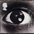 en stämpel som tryckt i Storbritannien visar bilden av ett öga och firar året av konstnären — Stockfoto
