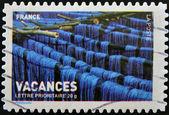 Un francobollo stampato in francia mostrando un blu tessili tinto, essiccazione, foto vacanze — Foto Stock