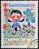 一枚邮票印在匈牙利显示一个男孩与一只狗和一只蝴蝶 — 图库照片