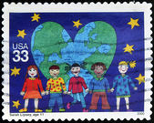 UNITED STATES OF AMERICA - CIRCA 2000: A stamp printed in USA shows drawing by Sarah Lipsey reflecting children of all race holding hands before a heart with earth, circa 2000 — Foto Stock