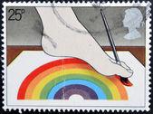 Verenigd koninkrijk - circa 1981: een stempel gedrukt in groot-brittannië toont uitgeschakeld kunstenaar schilderen met voet, circa 1981 — Stockfoto