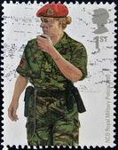 Storbritannien - omkring 2007: en stämpel som tryckt i Storbritannien visar militärpolisen nco från kosovo, circa 2007 — Stockfoto