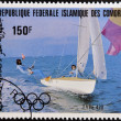 Foto Stock: COMORES - CIRC1983: stamp printed in Comores dedicated to Olympic sailing shows Type 470, circ1983