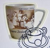 новая зеландия - приблизительно 2005: штамп напечатан в новой зеландии, посвященный культуре кафе, 1910-е, приблизительно 2005 — Стоковое фото