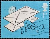 соединенное королевство - около 2004: марку, напечатанную в великобритании показывает самолет с письмом, около 2004 года — Стоковое фото