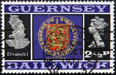 GUERNSEY - CIRCA 1971: Stamp printed in Guernsey shows Elizabeth I, shield and Elizabetth II, circa 1971 — Stock Photo