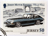 2005 年頃 - ジャージー: ジャージーの古典的な車に専用の印刷スタンプ 2005 年頃のジャガー e タイプを示しています — ストック写真