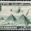 EGYPT - CIRCA 1946: stamp printed in Egypt shows plane over Pyramids at Giza, circa 1946 — Stockfoto
