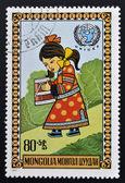 Mongolsko - cca 1977: razítko v mongolsku ukazuje dívku nesoucí kbelík, circa 1977 — Stock fotografie