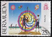 Bermuda - circa 2000: eine briefmarke gedruckt in bermuda zeigt kite fliegen, circa 2000 — Stockfoto