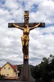Golden crocifisso cristo, drammatico cielo nuvoloso — Foto Stock