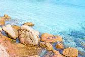 Rocce in turchese acqua limpida — Foto Stock