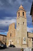 与教会的小广场 — 图库照片
