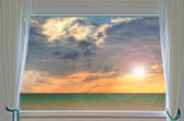 Puesta del sol a través de la ventana — Foto de Stock