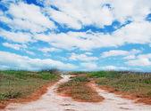 Toprak yol ve bulutlar — Stok fotoğraf