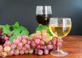 Uva y el vino en la madera — Foto de Stock