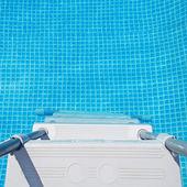 水とプールの梯子 — ストック写真