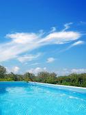 Pool och sky — Stockfoto