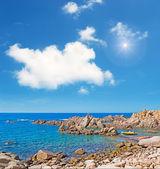 солнце над коста парадизо каменистый берег — Стоковое фото