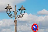 Street light and road sign — Stockfoto