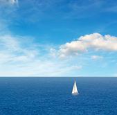 Barco bajo nubes — Foto de Stock