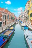 голубое небо над каналом — Стоковое фото