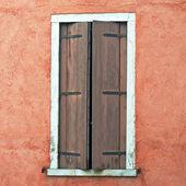 Fenster in eine rote mauer — Stockfoto