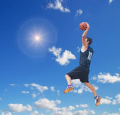Basketball-Spieler in der Sonne — Stockfoto