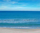 Blue sky by the shore — Stock Photo
