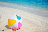 Bola junto al mar — Foto de Stock