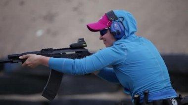 Kız ve bir kalaşnikof tüfek — Stok video