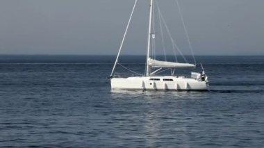 Yacht och blått vatten havet — Stockvideo