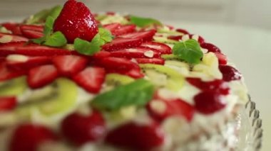 Cake with strawberries — Stock Video