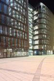 Edificio con paredes de cristal y acero — Foto de Stock