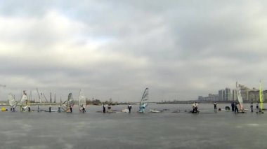 Starting line of the race winter windsurfing — Stock Video