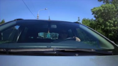 Men driving a car in motion view of the windshield — Stock Video