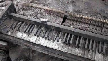 Broken piano music of war — Stock Video