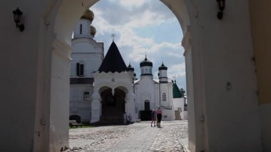 Pilgrims in the Ipatiev Monastery — Stock Video