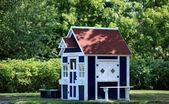 Spielhaus im garten — Stockfoto