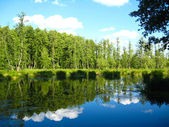 Lago pintoresco con el cielo reflejado — Foto de Stock