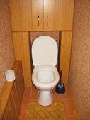 Inodoro blanco en baño marrón — Foto de Stock