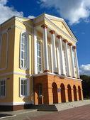 Gran edificio con columnas — Foto de Stock