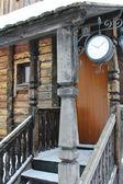 時計を用いた木造住宅の木製のポーチ — ストック写真