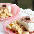 Ice cream with grated chocolate and slices of banana: two portions — ストック写真